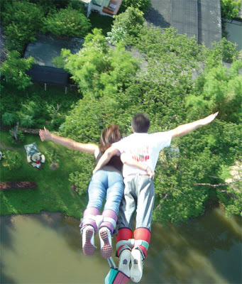couple bungee jumping